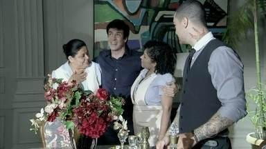 Todos na mansão estranham o comportamento simpático de Félix - Ele saúda a tudo e todos, mas Pilar avisa que eles precisam conversar sério