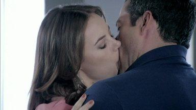 Amor à Vida - Capítulo de sábado, dia 28/12/2013, na íntegra - Bruno beija Paloma