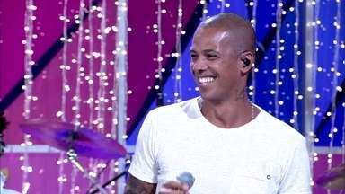 Leandro Sapucahy canta 'Favela Fashion Week' - Ele esquentou a galera pro réveillon