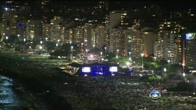 Orla de Copacabana é tomada por milhares de pessoas que aguardam o ano de 2014 - Todo mundo à espera do maior revéillon do planeta. Tem também, os que terão uma vista privilegiada, a bordo dos transatlânticos, os que ficam nas sacadas dos prédios, e os que estão nas areias da praia mais famosa do Brasil.