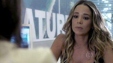 Amarilys planeja fugir do Brasil com Fabrício - Ela tenta entrar na casa de Niko, mas é surpreendida pelo empresário