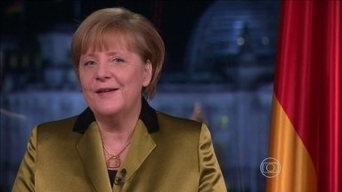 Angela Merkel cai em pista de esqui e quebra bacia - A primeira-ministra da Alemanha sofreu uma queda quando esquiava em Engadine, nos Alpes Suíços. Ela fraturou ossos da bacia. Ela cancelou alguns compromissos públicos, mas não vai deixar de comandar a primeira reunião de ministros.