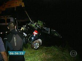 Três pessoas morrem em acidente grave em Botucatu - O carro em que elas estavam caiu no Rio Tietê, na beira da Rodovia Geraldo Pereira de Barros. Os bombeiros retiraram o carro da água com a ajuda de um guincho. Um casal e uma adolescente morreram.