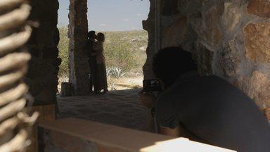 Ardendo de desejo, Isabel procura Leandro - João flagra momento entre os dois e fotografa tudo!