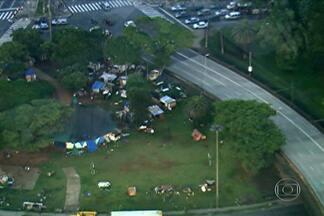 Moradores de rua montam barracos no Parque Dom Pedro, na região central da capital - O Parque Dom Pedro fica ao lado do terminal de ônibus que recebe milhares de pessoas todos os dias. O pessoal está usando uma tenda deixada pela Prefeitura no local.