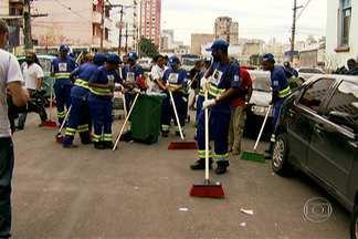 """Usuários de drogas começam a trabalhar na limpeza da região da Cracolândia - Eles aderiram ao programa """"Braços Abertos"""" da Prefeitura e desmontaram os barracos onde viviam, nas calçadas. Agora, vão ganhar R$ 15 por dia para varrer ruas e cuidar de praças."""