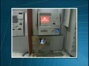 Caixa eletrônico é arrombado em Palmas - Os ladrões usaram um maçarico para fazer um buraco na frente do caixa. Eles conseguiram levar dinheiro, mas o valor não foi divulgado.