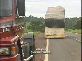 Carga desprende de caminhão na BR-277 em Foz do Iguaçu - A pista foi sinalizada e a Polícia Rodoviária Federal também ajudou na orientação dos trânsito.