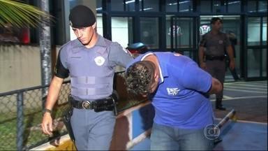"""Polícia de SP prende chefe de bando que age dentro e fora dos presídios - Diego Santos, de 27 anos, foi preso com uma pistola, R$ 5 mil e com um caderno que, segundo a polícia, contém a contabilidade do bando. """"Coringa"""" era responsável pela coordenação das ações criminosas fora dos presídios."""