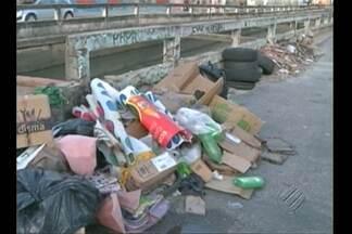 Lixo acumulado é alvo de reclamações de moradores de diversos bairros de Belém - Lixo e entulho contribuem para alagamentos na capital.