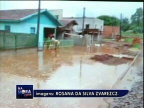 Moradora de Corbélia registra a chuva forte na cidade - Bocas de lobo entupidas provocaram alagamentos em algumas casas.