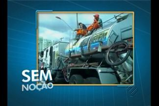 """""""Sem Noção"""" mostra trabalhadores viajando sem proteção em cima de caminhão - Veja as imagens registradas por Hélio Arruda."""