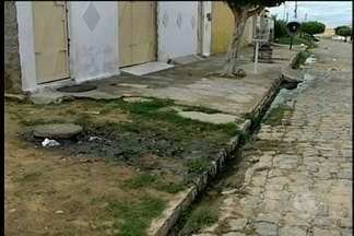 Esgotos incomodam moradores do bairro Ouro Preto em Petrolina - Por conta do problema, as ruas do bairro ficam cheias de água suja.