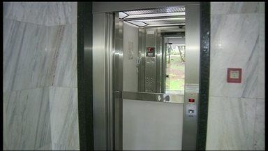 Mulher grava momento em que fica presa dentro de elevador - A designer de interiores Juliene Vargas ficou presa entre o segundo e terceiro andares de um prédio na Asa Sul, durante 45 minutos. A porta ficou abrindo e fechando diversas vezes até o elevador voltar a funcionar.
