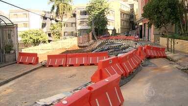 Moradores de prédios ameaçados na Rua Cabo Verde, em BH, reclamam de demora em obras - Eles têm medo de que o problema se agrave, se voltar a chover.