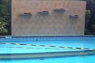 Condomínio onde ocorreram dois acidentes em piscinas começa a cumprir recomendações do MP - Órgão pediu a suspensão do funcionamento das piscinas depois que um menino de 7 anos morreu ao ser sugado por ralo e administrador ficou com o pé preso no local.