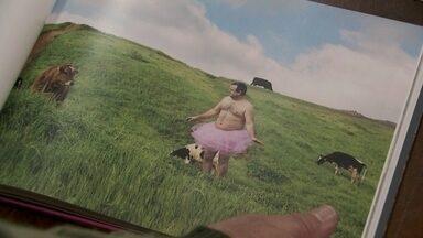 Homem tira fotos vestido de bailarina para divertir esposa com câncer - O que você seria capaz de fazer para alegrar a pessoa que você mais ama? Neste domingo o Fantástico vai mostrar a história do Bob.