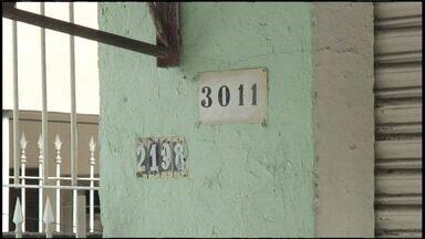 Moradores de avenida em Carapicuíba sofrem para receber contas - Na Avenida Paraguaçu Paulista, em Carapicuíba, uma das mais importantes da cidade, os números das casas estão fora de ordem e atrapalham a entrega de contas e encomendas.