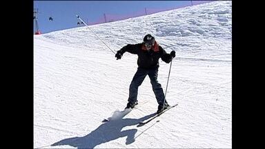 'Repórter numa fria': Carlos Gil se aventura no esqui - Apresentador aprendeu os truques do esporte com Mirella Arnhold, atleta brasileira que já participou das Olimpíadas de inverno duas vezes.