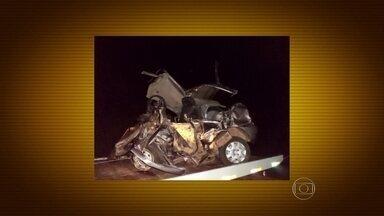 Acidente deixa sete mortos em estrada no Rio Grande do Sul - Dois carros bateram de frente na BR-392 e foram arremessados para fora da pista, perto da cidade de Roque Gonzales. Cinco vítimas eram da mesma família.