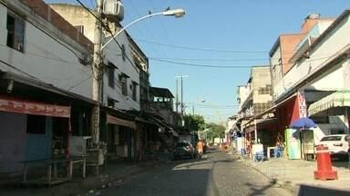 Polícia tenta identificar atirador que baleou duas pessoas na Vila Mimosa - Os dois feridos permanecem internados no Hospital Souza Aguiar. Uma das vítimas disse que o autor dos disparos foi um policial militar. Vila Mimosa é um dos principais pontos de prostituição do Rio.