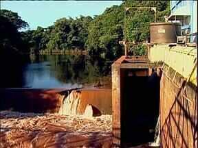 Criador de peixes seria o responsável pela contaminação da água em Maringá, diz Sanepar - De acordo com a empresa, ele teria confirmado o despejo de água de uma lagoa de peixes no Rio Pirapó