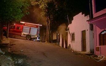 Casa pega fogo em Cachoeiro de Itapemirim, ES - Moradora estava com os dois filhos pequenos, no momento do incêndio.Os bombeiros gastaram quase duas horas para controlar as chamas.