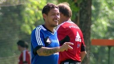 Com apoio da torcida, Carlos Eduardo quer firmar nova fase no Flamengo - Meio-campo agradece carinho e promete mais empenho em 2014.