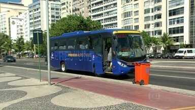 Falta sinalização em pontos de ônibus na Avenida Atlântica - Na Avenida Atlântica não há ponto de ônibus. Os passageiros se arriscam no meio da ciclovia para fazer sinal. E contam com a boa vontade dos motoristas.
