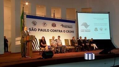 Alckmin explica como será bônus para policiais que conseguirem diminuir violência - O governador Geraldo Alckmin anunciou como vai funcionar o projeto que prevê o pagamento de bônus aos policiais que conseguirem diminuir os índices de roubo e mortes no Estado.