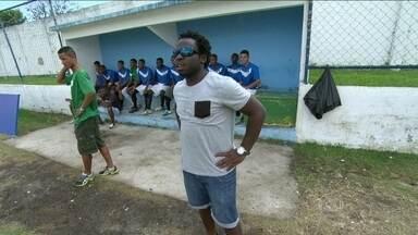 Na Cidade de Deus, Douglas Silva se arrisca como 'assistente técnico' pela Taça das Favela - Ator comandou equipe da comunidade à beira do gramado.
