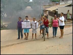 Moradores do Bairro Dona Rosa fizeram protesto em Divinópolis - Eles cobram da Prefeitura uma solução para os problemas do bairro. Quando chove a situação é pior porque as manilhas não comportam o volume de água.