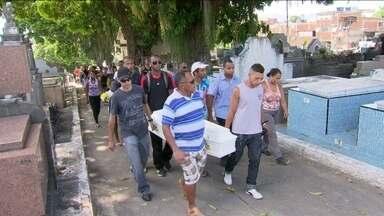 Vítimas de van que capotou no Rio são enterradas - Cauê Santos, de 6 anos, e Aurélia Nogueira da Silva, de 52, morreram em um acidente com uma van em Jacarepaguá. Três pessoas seguem internadas.