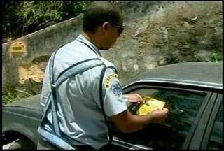 Carros estacionados irregularmente em Petrópolis, RJ, são notificados - Veículos receberam adesivos e terão prazo de uma semana para a retirada.Após cinco anos sem um depósito, cidade passa a contar com reboque.