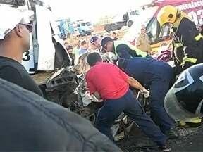 Jovem morre em acidente envolvendo um carro e três caminhões na BR-101 - Jovem morre em acidente envolvendo um carro e três caminhões na BR-101
