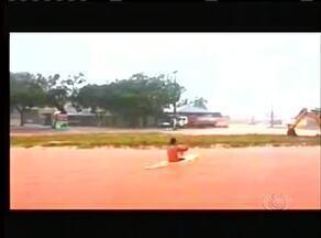 Jovem passeia de caiaque em ruas alagadas de Palmas - Jovem passeia de caiaque em ruas alagadas de Palmas