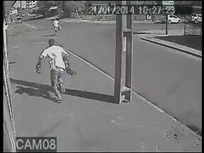 Câmeras de segurança gravam assalto em loja de Guarapuava - O assalto foi em um estabelecimento da Vila Carli. Os adolescentes estavam armados e foram apreendidos.