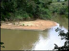 Volume do Rio Itapecerica preocupa ambientalistas de Divinópolis - Risco de enchente está praticamente descartado, segundo a Cemig.Copasa afirma que rio está em condições normais para abastecimento.