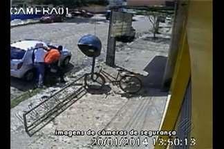 Câmeras de segurança flagraram a ação de assaltantes, em plena luz do dia, em Santa Isabel - Veja como aconteceu o assalto.