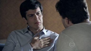 Félix desabafa com Niko sobre seus problemas com César - Ele diz para o amigo que pensa em se mudar de São Paulo