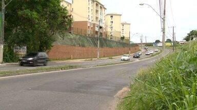 Ônibus passa em desnível e mulher machuca a coluna, no ES - Conceição do Carmo estava sentada no banco de trás do coletivo.Acidente aconteceu dentro do ônibus 512, do Transcol, na Serra.
