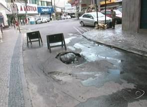 Moradores reclamam de buraco em rua de Cachoeiro de Itapemirim, ES - O buraco toma quase metade da rua Professor Quintiliano.