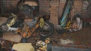 Incêndio destrói casa em Franca, SP - A suspeita é de que fogo tenha sido criminoso, mas não houve feridos.