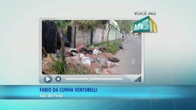 Entulho, lixo e mato alto ocupam calçada em bairro de Juiz de Fora - Moradores do Jóquei Clube I precisam passar pela rua para desviar dos obstáculos. Demlurb avalia situação.