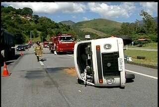 Carro da secretaria de Saúde de Petrópolis, RJ, tomba na BR-040 - Oito funcionários da secretaria estavam dentro do veículo.Transito no local está em meia pista, mas sem engarrafamento.