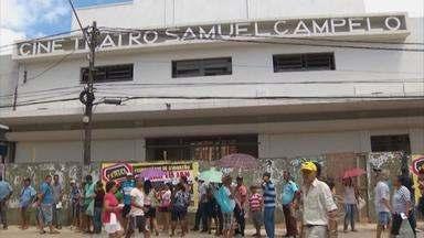Moradores cobram conclusão de reforma em cineteatro de Jaboatão - Do lado de fora, apenas a fachada do local foi reformada.