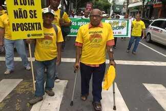 Aposentados fazem protesto no centro de Salvador - Categoria pede a alteração nas leis que corrigem o valor da aposentadoria.