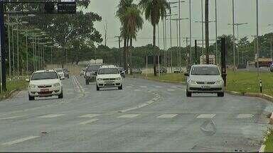 População reclama da falta de fiscalização na avenida Duque de Caxias em Campo Grande - Mesmo com bastante sinalização, pessoas que passam diariamente pelo local falam dos problemas para dirigir na avenida