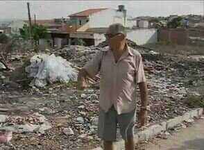 Terreno cheio de metralha causa transtornos aos moradores no Bairro Petrópolis - Teve gente que tirou dinheiro do próprio bolso para fazer limpeza do local.