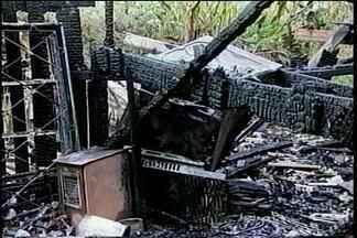 Carroceiro morre carbonizado em incêndio em Passo Fundo, RS - O fogo destruiu a residência em poucos minutos. Quando os bombeiros encontraram a vítima, ela já estava sem vida.